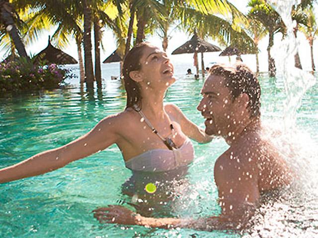 Voyage de noces à l'hôtel Lux Le Morne en soirée - île Maurice