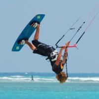 Kitesurfeuse en pleine figure